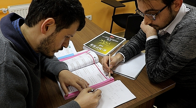 Gönüllü öğrencilerden E-KPSS kursiyerlerine eğitim
