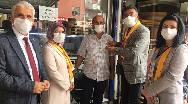 İYİ Parti, Körfez'de 25 esnafa rozet taktı