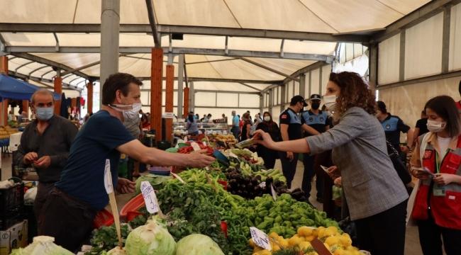 İzmit Belediyesi Kuruçeşmeli pazarcı esnafını dinledi